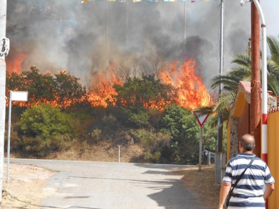 Incendi: Sardegna brucia ancora, evacuata casa di riposo